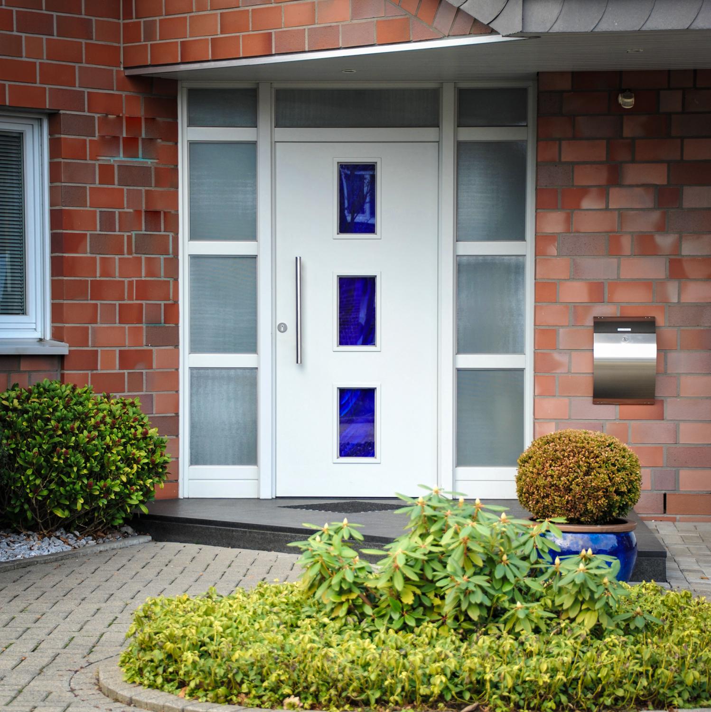 Moderne Eingangstür am Haus